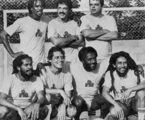 Bob Marley joga futebol com Chico Buarque no Brasil